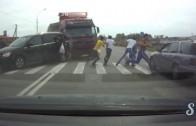 A truck overturns 6 pedestrians